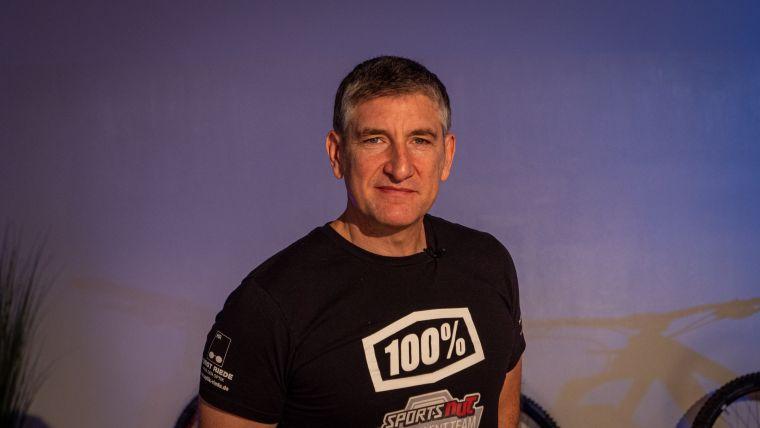 Fréd Abbou ist schon lange selbst im Downhill MTB dabei und ist auch als Trainer sehr erfolgreich. Er trainiert unter anderem das DH Talent Team und die sehr erfolgreiche Nachwuchsathletin Vali Höll.