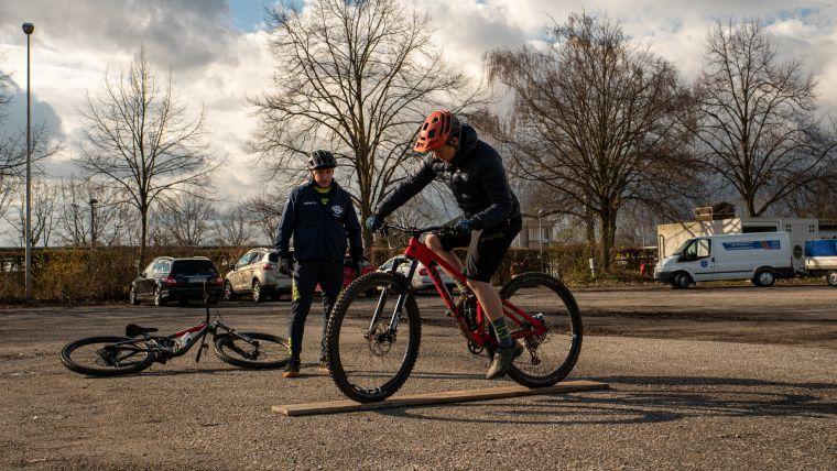 Um nicht nur körperlich fit zu werden, sondern auch die Technik auf dem Rad zu verbessern, gibt es zusätzlich zu den Indoor-Übungen auch Trainingseinheiten mit dem Bike.
