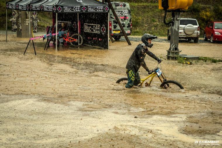 Der Zielbereich des iXS Downhill Cups in Winterberg 2018. So viel Wasser hatten wir während des Festivals bis dahin auch noch nicht gesehen.