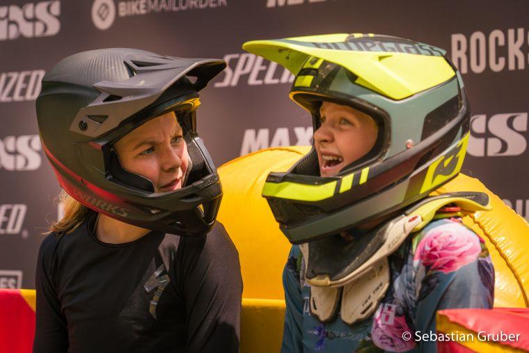 Rosa Marie Jensen (DEN) und Lina Frener (AUT) im Red Bull Hot Seat nach ihrem Lauf.